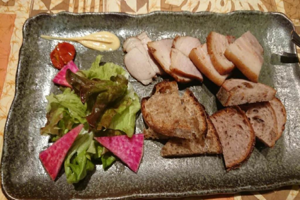 「自家製 燻製豚肉のばら、モモ盛り合わせ」の写真