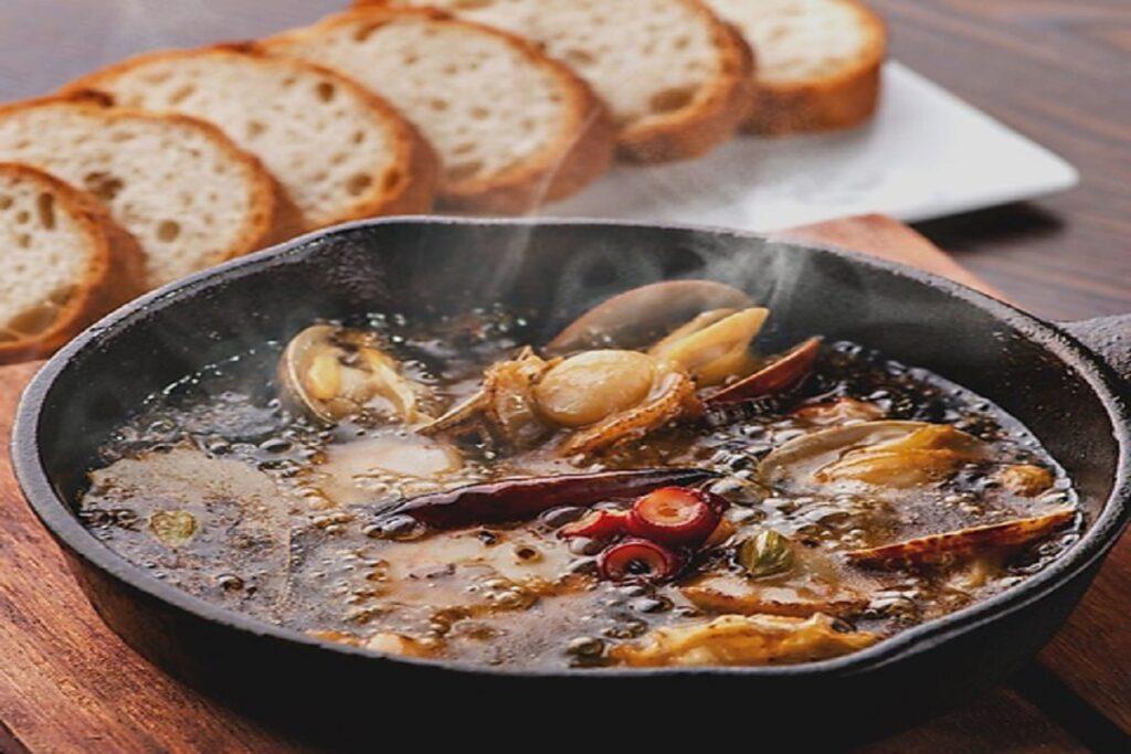 「魚介のスパイス アヒージョ」の写真